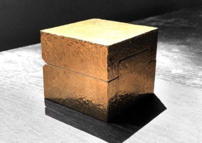 Écrin en laiton massif texturé pierre à ouverture secrète fermée