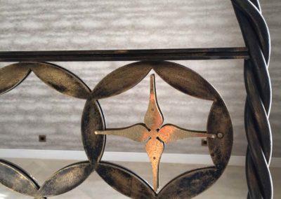 Détail d'un garde-corps en acier et laiton patiné
