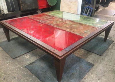 Table en acier patiné & plateaux de verre