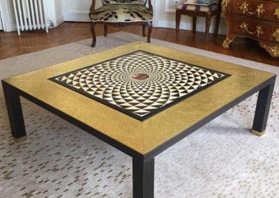 Table en laiton texturé poli patiné & plateau en marbre