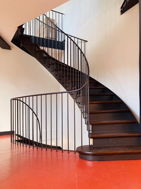Atelier Jim de Missolz – Métallerie & ferronnerie à Paris – Rampe d'escalier débillardée